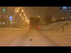 Za szybko przez miasto w śnieżycy