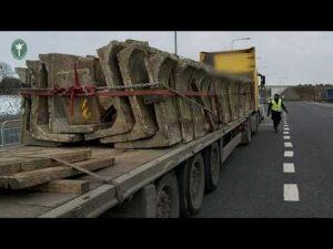 Transport betonu z pękniętą ramą naczepy