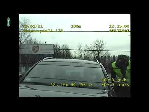 Inspektorzy eskortowali ciężarną kobietę do szpitala